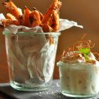 Süßkartoffelpommes aus dem Ofen mit Ziegenfrischkäse-Koriander-Dipp