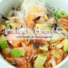 Schnelle Poke Bowl mit Lachs und Reisnudeln