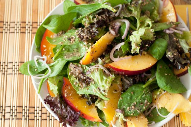 Spinat-Nektarinen Salat mit Sesam Dressing