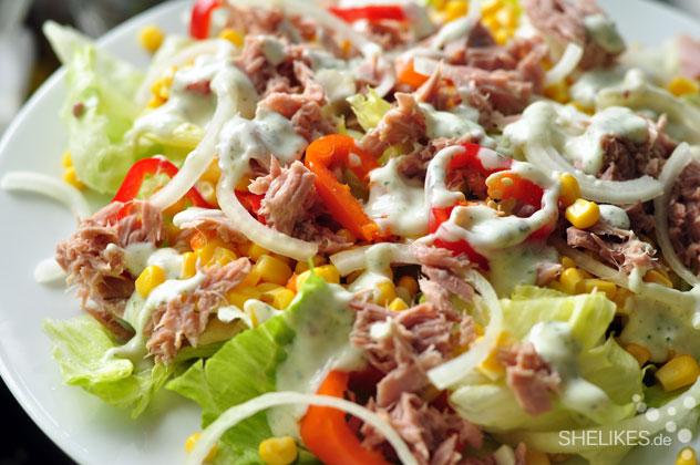 Gemischter Salat mit Mais, Paprika und Thunfisch