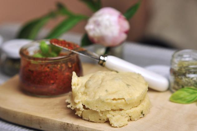 5-Minuten Brötchen & Grissini mit Rosmarin und Parmesan