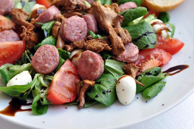 [Nachgekocht] Deluxe Salat mit Salsiccia und Pfifferlingen