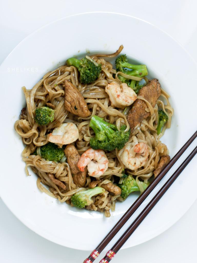 [Asiaküche] Gebratene Reisnudeln mit Sojasoße, Hähnchen & Shrimps – oder einfach Heimweh nach Thailand –